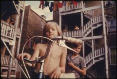 800px-TWO_YOUTHS_IN_UPTOWN,_CHICAGO,_ILLINOIS,_A_NEIGHBORHOOD_OF_POOR_WHITE_SOUTHERNERS._THE_INNER_CITY_TODAY_IS_AN..._-_NARA_-_555950